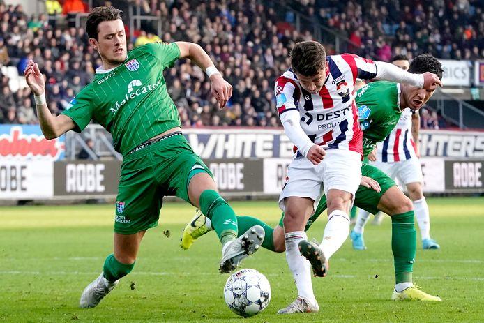 Thomas Lam, die op de foto een schot van Mats Köhlert blokt, kreeg rood in de slotfase tegen Willem II maar ziet PEC wel steeds compacter spelen en na 20 speelronden eens de nul houden.