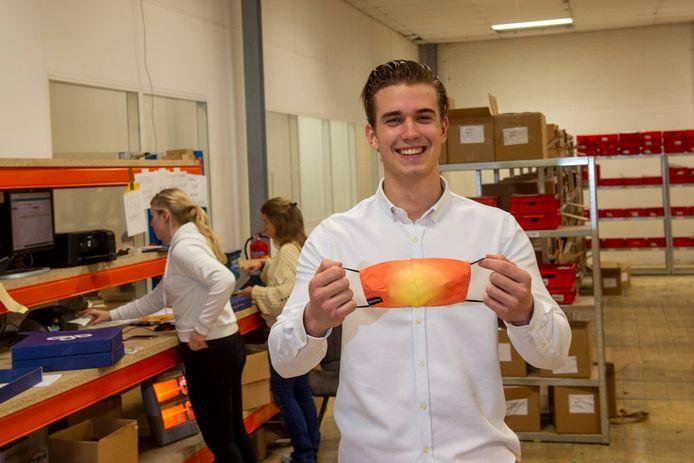 De jonge Apeldoornse ondernemer Tom van Dieren verkoopt bijzondere mondkapjes.