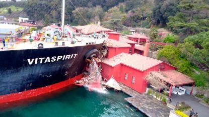 Groot vrachtschip ramt historisch pand langs de Bosporus