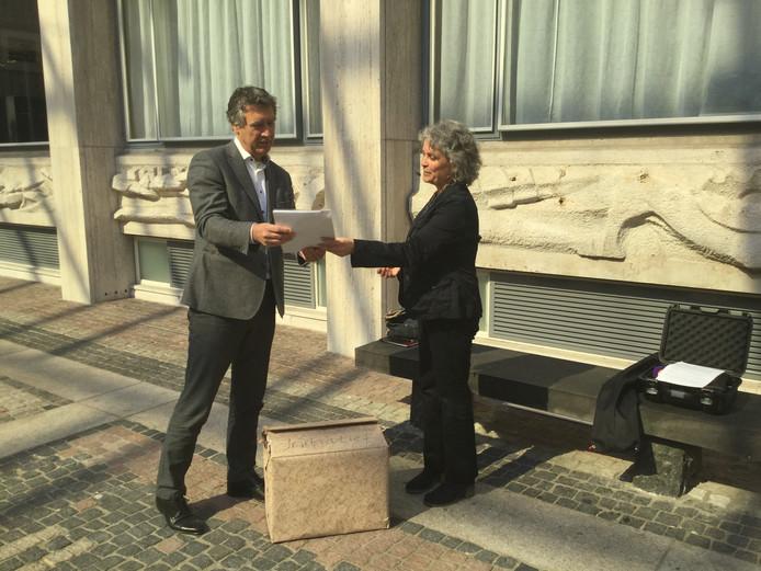 Overhandiging handtekeningen burgerinitiatief aan de griffie van Provinciale Staten.