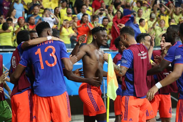 Colombia viert de tweede en beslissende goal van Zapata (zonder shirt).