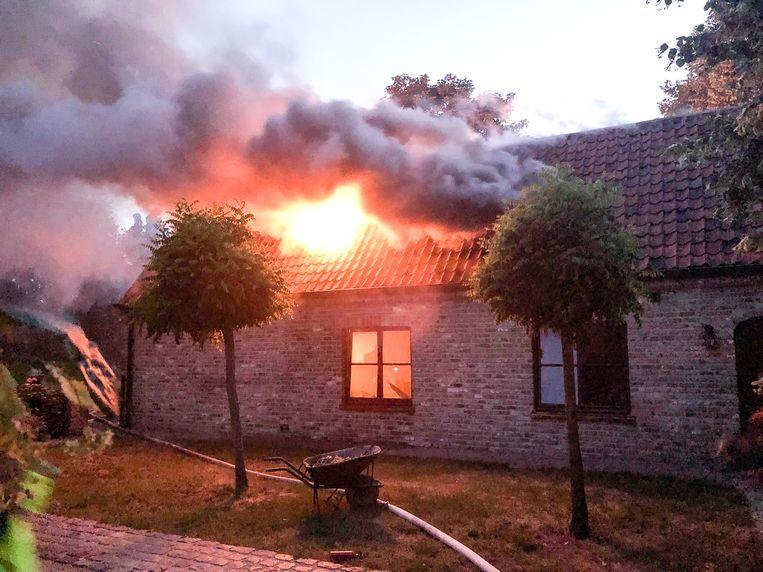 Bij aankomst van de brandweer sloegen de vlammen al door het dak.