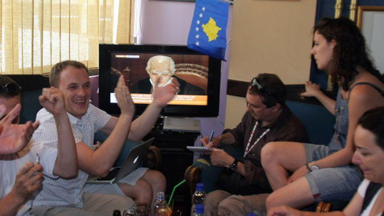 Vreugde in Kosovaarse huiskamers na het oordeel van het VN-hof. (AP) Beeld