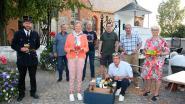 Winnaars fietszoektochten nemen mand met streekproducten in ontvangst