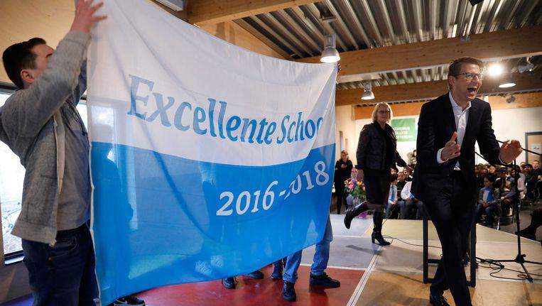 Staatssecretaris Sander Dekker reikt het predicaat Excellente School uit aan het Comenius College. Beeld ANP