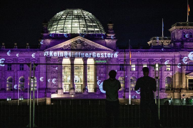 'Geen geld voor gisteren', projecteerde Greenpeace vorige week bij wijze van protest op het Duitse parlement in Berlijn, waar onder meer over steun voor de auto-industrie werd gesproken.  Beeld EPA
