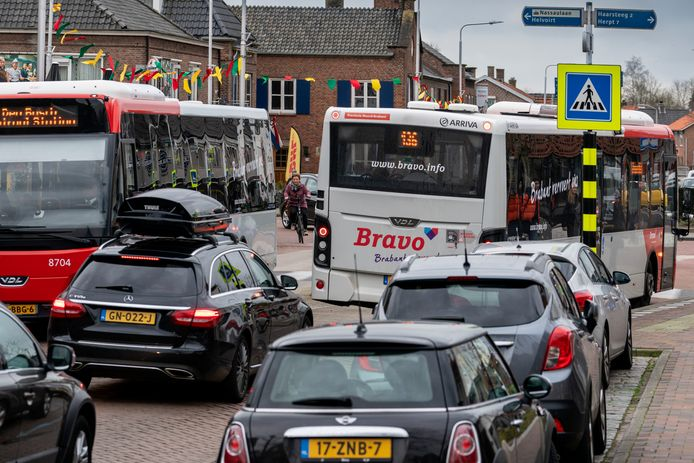 De lijnbussen in Vlijmen rijden nu nog via De Akker en Grote Kerk van en naar de A59.