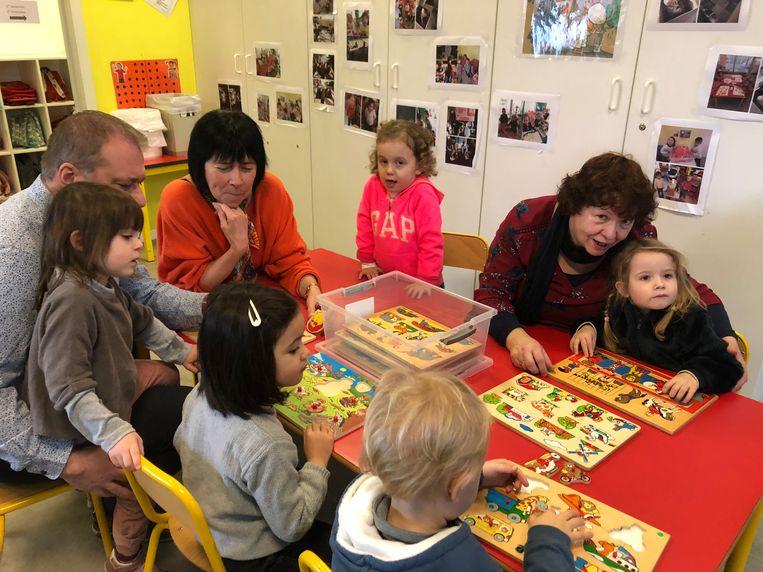 'Babbelaar' Niske Pardon (rechts) helpt de kinderen van de kleuterklassen in Sterrebeek voortaan om Nederlands te leren. Onderwijsschepen Dirk Philips en burgemeester Ingrid Holemans kwamen het project 'Babbelaars' mee lanceren in de gemeenteschool.