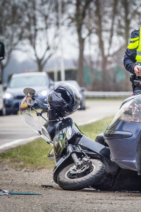 Scooterrijder gewond na botsing op Reedijk in Heinenoord