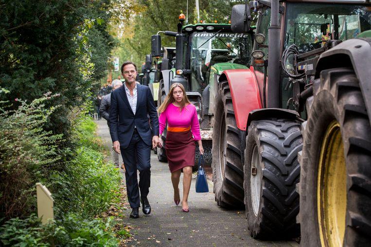 Premier Rutte en minister Schouten wandelen langs tractoren naar het Catshuis. Beeld Arie Kievit / de Volkskrant