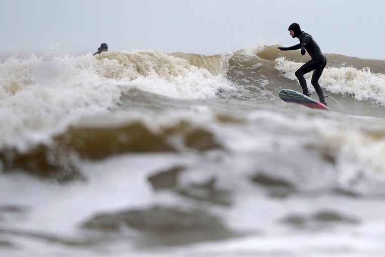 Surfer Tobias van Tellingen in actie.  Beeld Olaf Kraak