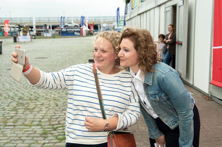 An Vanderstighelen gaat op de foto met een fan.