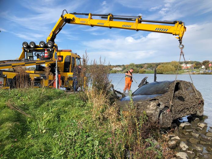 Bij het voetveer tussen Linden en Rhenen is een auto in de Rijn gevonden.