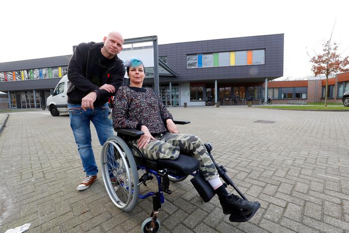 Miranda Licht verloor haar onderbeen bij het ongeluk waarbij de automobilist doorreed. Ze revalideert in Eindhoven. Achter haar haar vriend Henry Verbaandert.