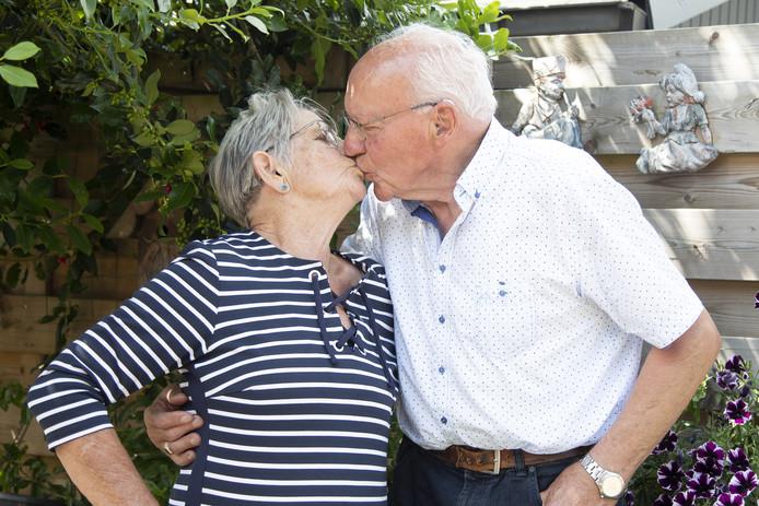 Het echtpaar Pronk-Heuver uit Hellendoorn is 60 jaar getrouwd.