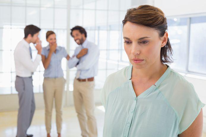 Een vrouw is slachtoffer van roddelende collega's.
