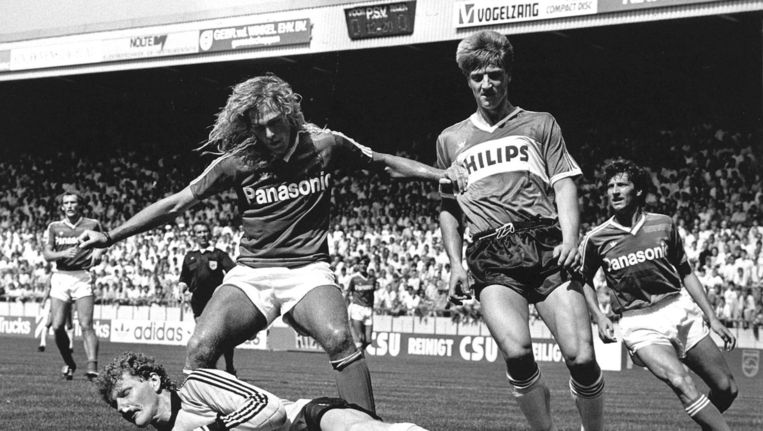 Eredivisie PSV-FC Den Bosch in 1987, doelman Jan van Grinsven van Fc Den Bosch pakt voor de aanstormende Wim Kieft de bal weg terwijl Rene van Eck (Fc Den Bosch) zijn doelman beschermt. Uiterst rechts kijkt Ruud Brood ( Den Bosch) toe. Beeld ANP