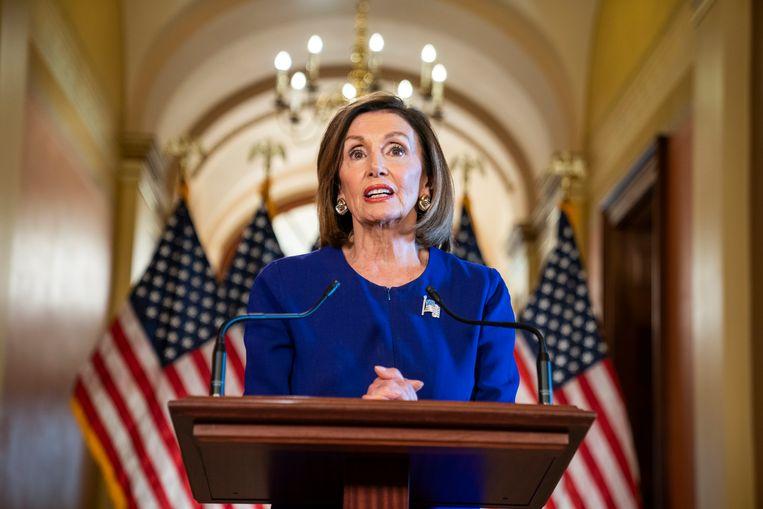 Nancy Pelosi, voorzitter van het Amerikaanse Huis van Afgevaardigden, kondigt aan een afzettingsprocedure in gang te zetten. Beeld JIM LO SCALZO/EPA
