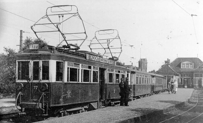 De tram is klaar voor vertrek naar Zeist. Het tramstation bevond zich op het Stationsplein langs de Barchman Wuytierslaan. De lijn werd op 25 juli 1914 in gebruik genomen. Tijdens de grote spoorstaking die begon op 17 september 1944, ging ook de tramdienst uit de roulatie.