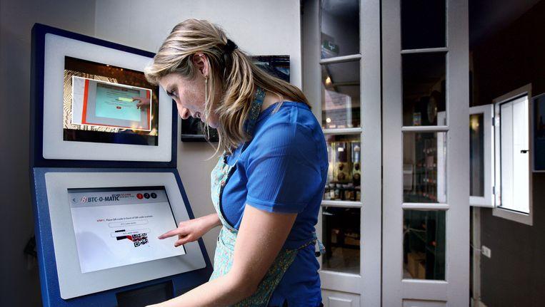 Bitcoinapparaat in Hofje van Wijn op de Zeedijk Beeld Jean-Pierre Jans