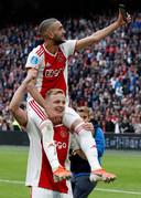Donny van de Beek neemt Hakim Ziyech op de schouders.