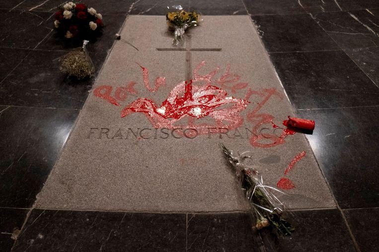 Het graf van dictator Franco, door iemand besmeurd met een rode duif en de tekst 'Voor de vrijheid', 31 oktober 2018. Beeld EPA