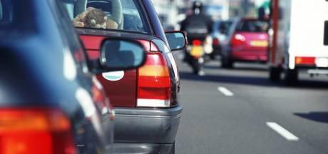 Ongeluk met twee auto's zorgt voor file op A15 richting Gorinchem