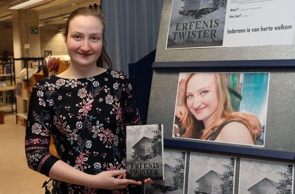 Nathalie stelt haar eerste boek 'Erfenis Twister' voor.