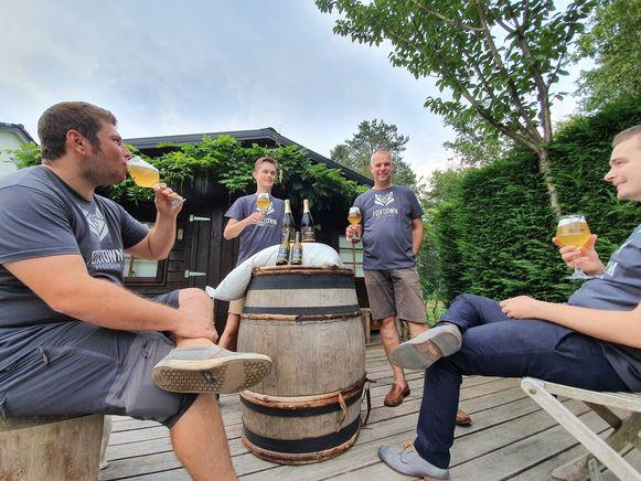 Pieter, Toon, Steven en Wannes van Foxtown genieten op het terras van hun Innerfox Tripel.