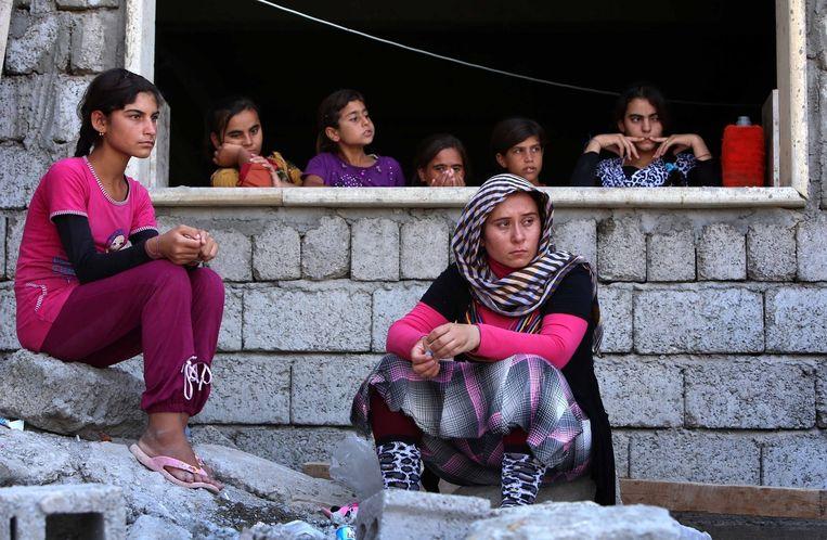 Op de vlucht voor Islamitische Staat (IS) zijn veel yezidi-vrouwen vanuit Sinjar in de Iraaks-Koerdische stad Dohuk terechtgekomen. De vrouwen op de foto komen niet in het verhaal voor. Beeld afp