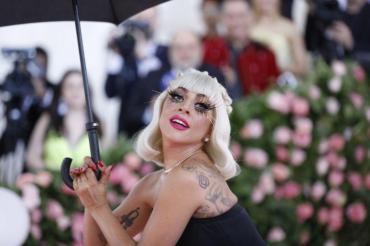 """Lady Gaga is in het ziekenhuis goed gecheckt nadat ze donderdag tijdens haar concert in Las Vegas een lelijke smak had gemaakt. """"Wanneer ze röntgenfoto's moeten maken van je hele lichaam"""", schreef de zangeres op Instagram bij een kiekje van haar hand die gebaart dat alles in orde is."""