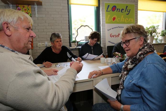 Harmien Helsloot ( rechts op de foto)  in gesprek met deelnemers van Lonely Lochem. Links Albert Pannekoek.