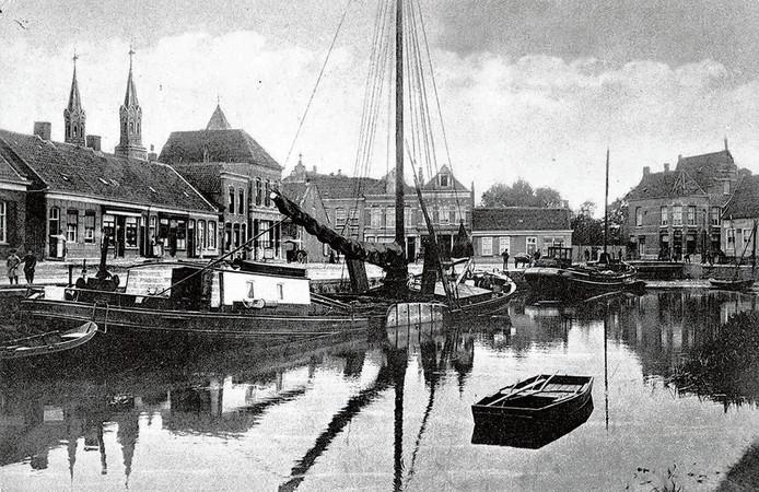 De Roosendaalse haven in 1915. Links op de achtergrond de torens van de Paterskerk. Rechts is de gevel van de huidige Pannenkoekencarrousel goed te herkennen. Foto collectie Gemeentearchief Roosendaal