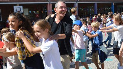 'Marcske' van FC De Kampioenen doopt school met chocomelk en danst polonaise met leerlingen basisscholen Hartencollege