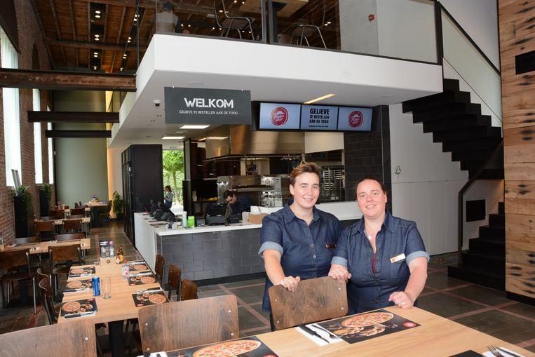 Evelien Luypaert en Wendy De Gendt zijn de zaakvoerders van de nieuwe vestiging van Pizza Hut die maandag de deuren opende.