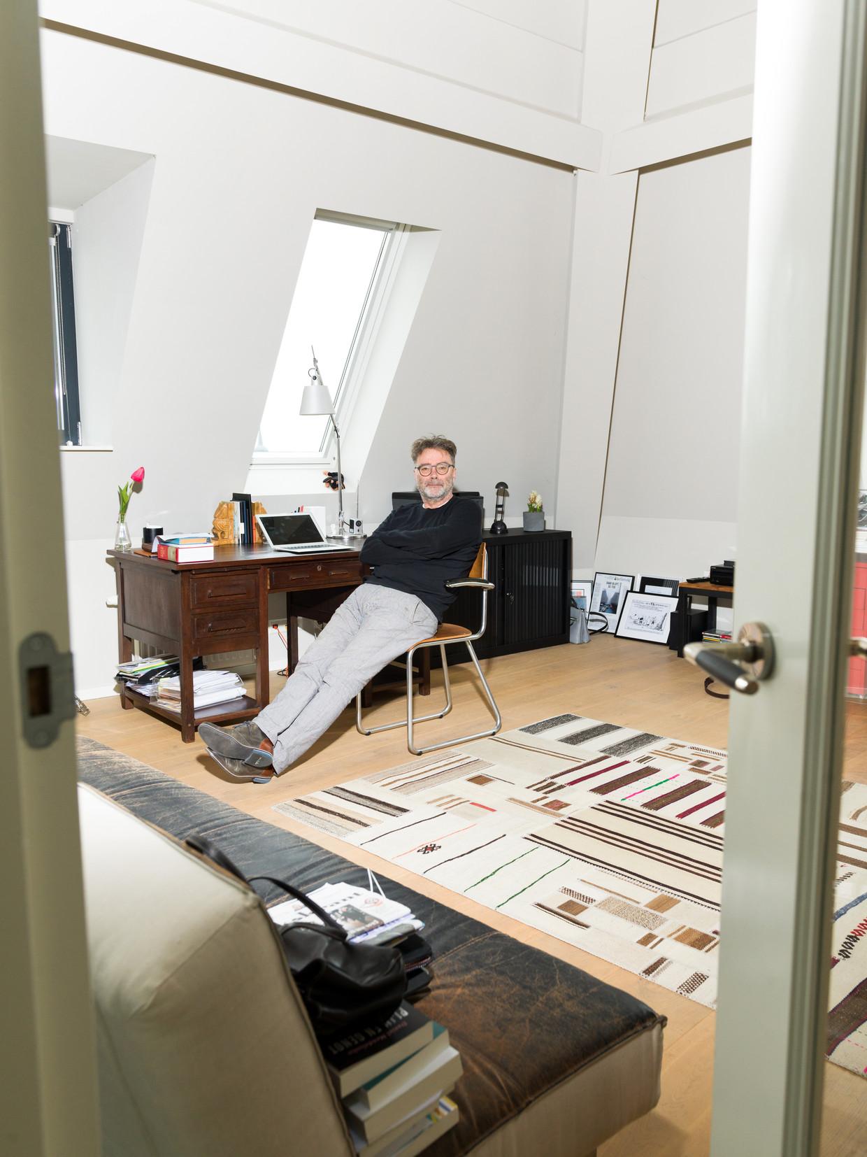 Schrijver Bert Wagendorp in zijn kamer in Culemborg. Beeld Ivo van der Bent