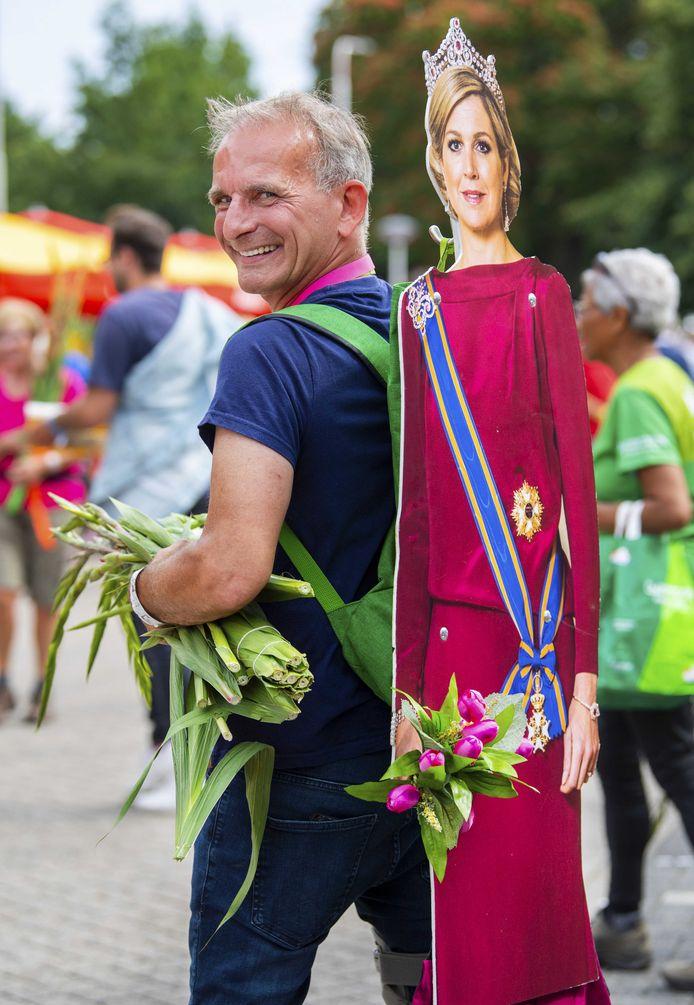 Johan Vlemmix bij de finish tijdens de laatste dag van de 103e editie van de Nijmeegse Vierdaagse.