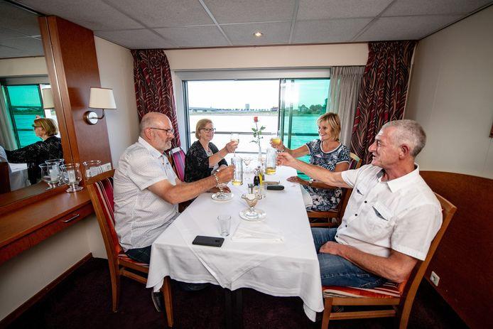 De Limburgse familie Franssen laat zich het eten en de drank op de MS Verdi goed smaken.