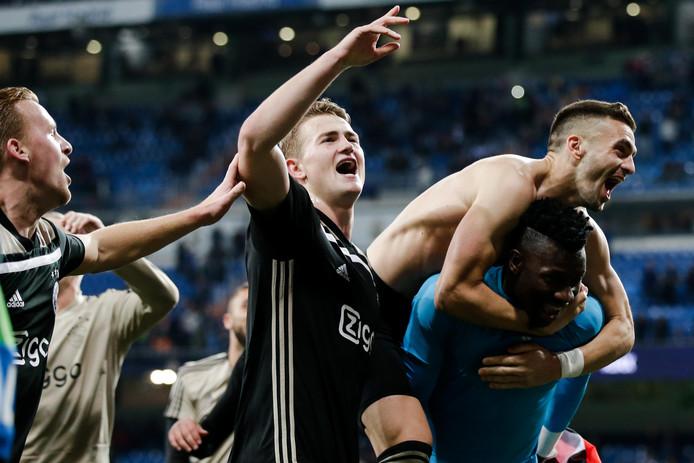 Ajacieden vieren feest met het uitvak in Bernabéu.