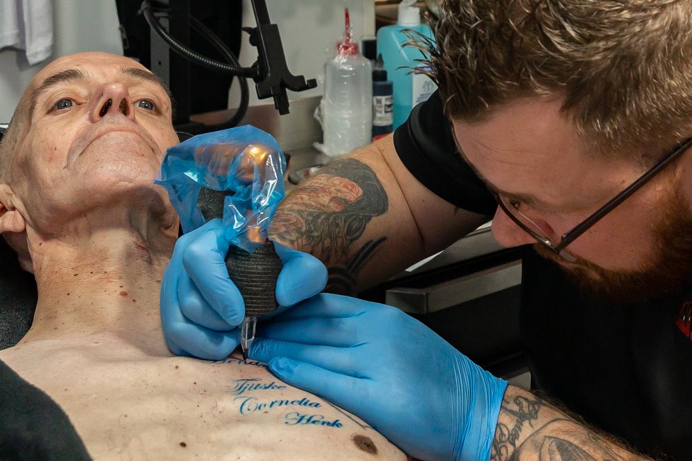 Jan Willem Tebak van Tattoopoint Zwolle neemt George Hiemstra onder handen.