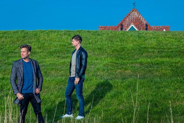 Nick en Simon op de dijk in Volendam  Beeld Patrick Post
