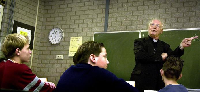 Kardinaal Ad Simonis gaf in 2009 godsdienstles aan tweedeklassers van het 2College in Tilburg.