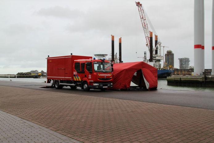 Het lichaam werd van Nieuwpoort overgebracht naar Oostende, waar de brandweer klaar stond aan de Natiënkaai nabij het station.