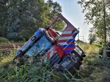 Stoomtrein tussen Tilburg en Den Bosch veroorzaakt drie bermbranden, maar brandweerwagen valt in sloot: 'Pad wel erg smal'
