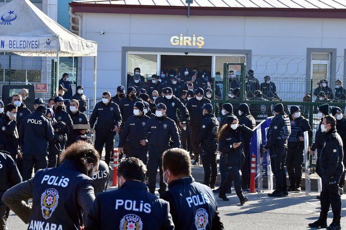 Archiefbeeld. Agenten aan de ingang van de rechtbank in Ankara, voor het proces van 475 beklaagden.