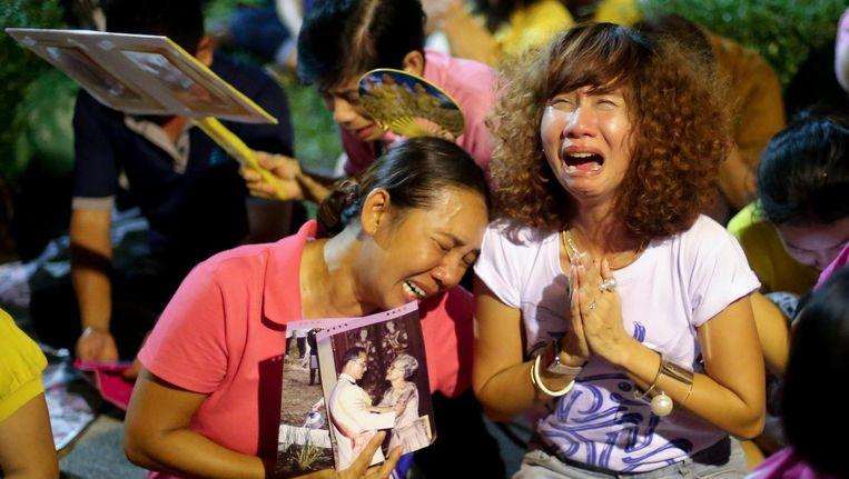 Thaise vrouwen rouwen om de dood van koning Bhumibol Beeld epa