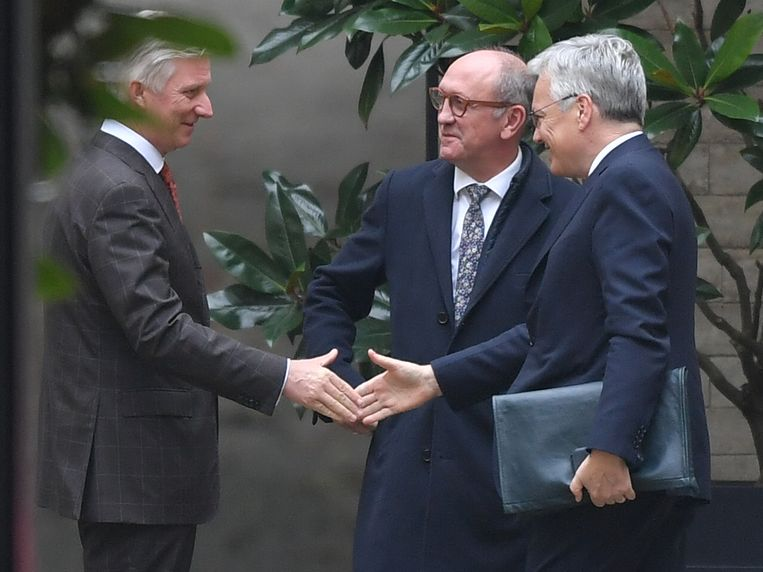 De koning begroet Vande Lanotte en Reynders.