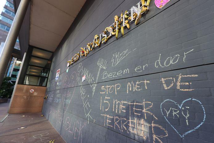 Ook werden er teksten op de muur bij de Haagse rechtbank geschreven.