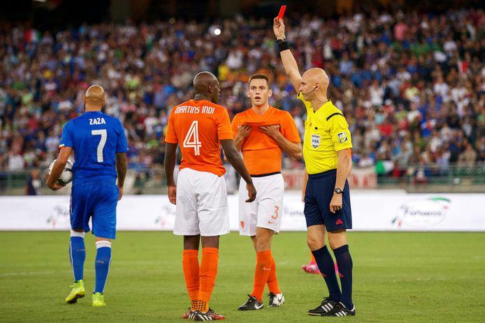 Sergej Karasjov gaf Bruno Martins Indi rood in de uitwedstrijd van Oranje tegen Italië in 2014.