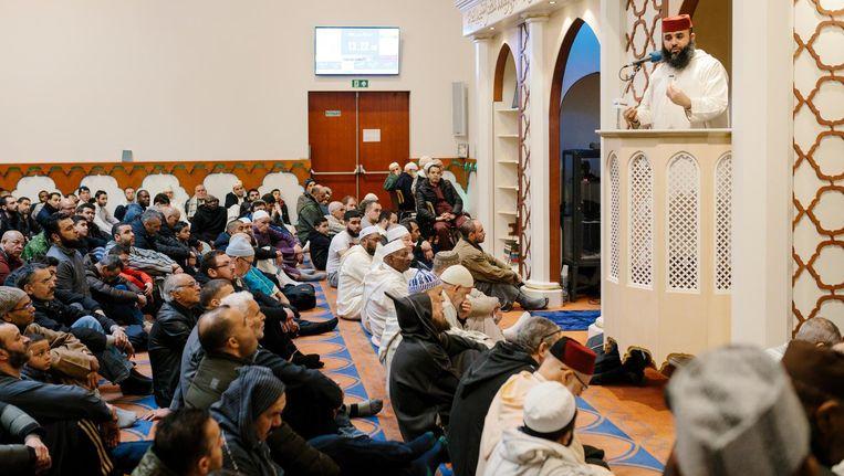 Het vrijdagmiddaggebed in de Blauwe Moskee in Amsterdam Nieuw-West. Beeld Marc Driessen